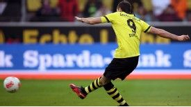 Robert Lewandowski scores from the penalty spot in Borussia Dortmund's 3-1 win over Greuther Furth