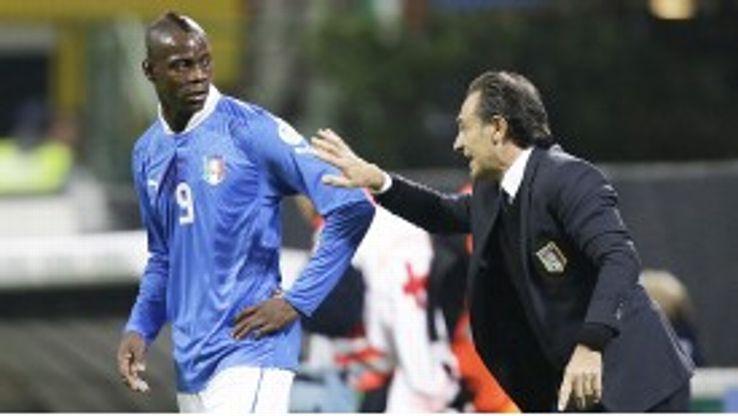 Cesare Prandelli gives Mario Balotelli instructions at Euro 2012