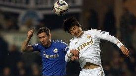 Sung-Yeung Ki and Chelsea's Frank Lampard battle for the ball