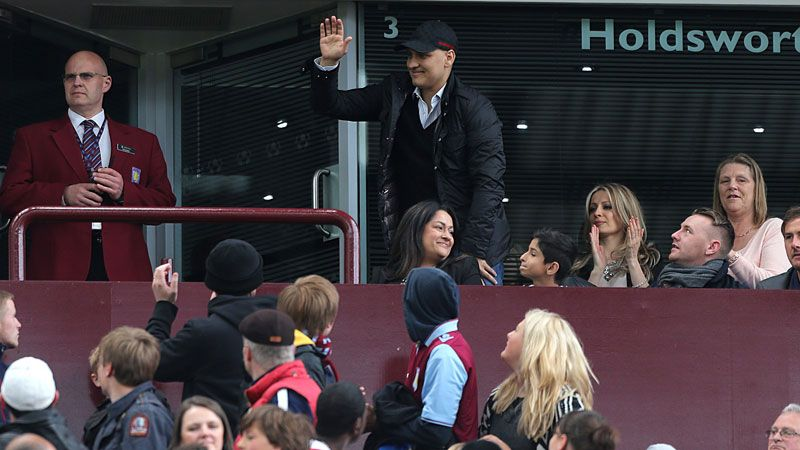 Stiliyan Petrov acknowledges the Villa fans' support during their game against Chelsea