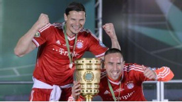 Daniel van Buyten and Franck Ribery celebrate Bayern's DFB-Pokal sucess