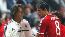 Bayern doctor Hans-Wilhelm Mueller-Wohlfahrt speaks to Javi Martinez during the UEFA Super Cup.