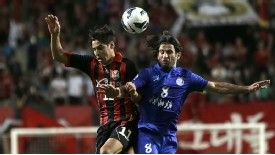 FC Seoul's Molina Uribe, left, fights for the ball against Esteghlal's Pejman Nouri during their Asian Champions League semi-final match