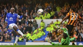 Arouna Kone misses a good chance to open his account against Hull.