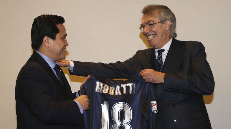 Erick Thohir hands outgoing president Massimo Moratti an Inter shirt to mark his 18 years in charge.