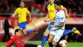 Estoril keeper Vagner da Silva thwarts Sevilla's Victor Machin