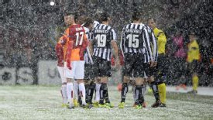 A snowstorm in Istanbul saw the referee stop play between Galatasaray and Juventus.