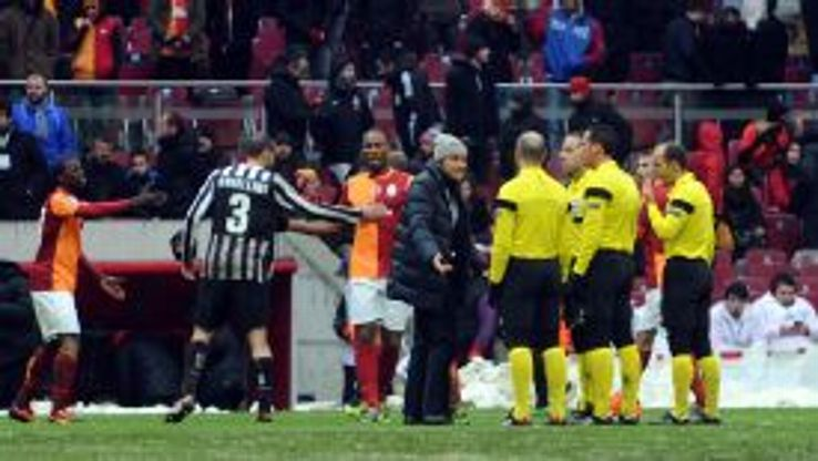 Juventus manager Antonio Conte was unhappy with the state of the pitch in Galatasaray.