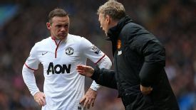 Manchester United manager David Moyes gives instructions to Wayne Rooney from the touchline.