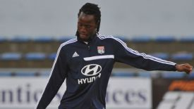 Bafetimbi Gomis could remain in Ligue 1 when his Lyon contract expires.