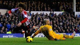 Ki Sung-Yueng went down under the challenge of Tim Howard, who received a red card.