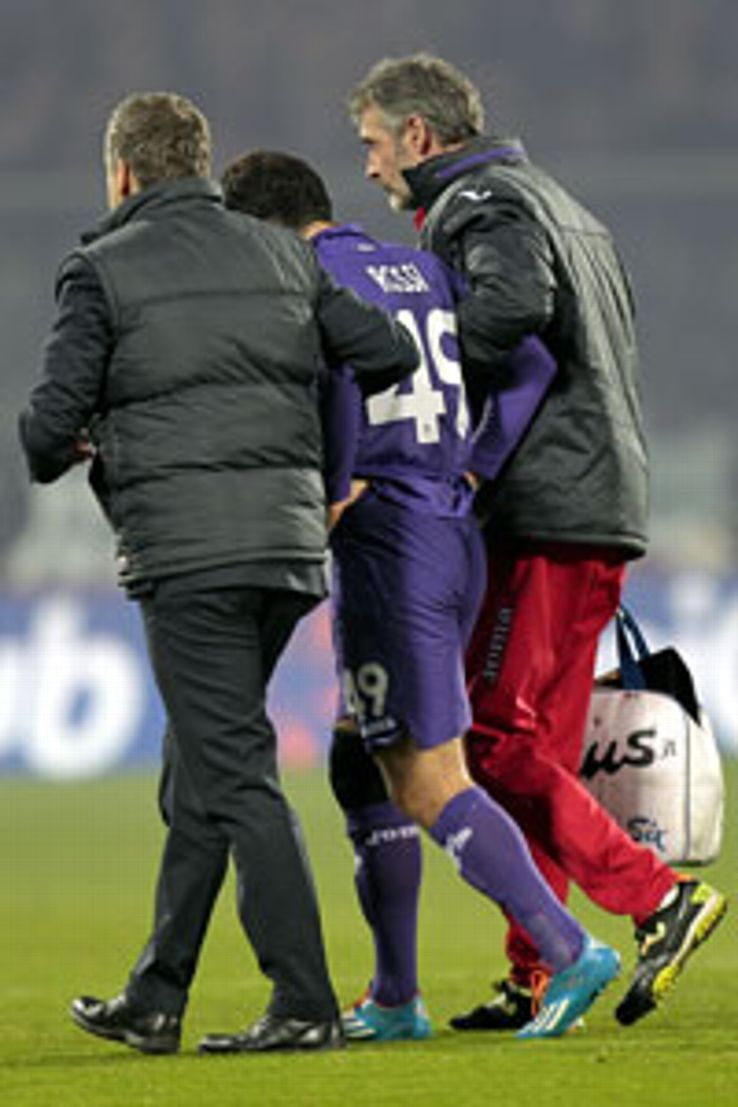 Giuseppe Rossi had to be helped from the field by Fiorentina medical staff after picking up an injury against Livorno.