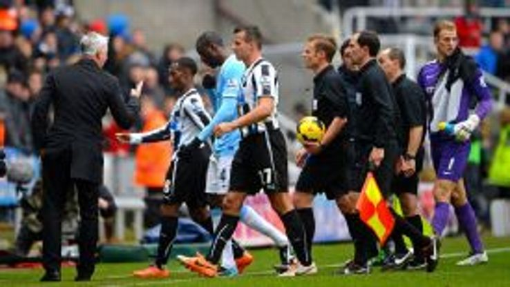 Alan Pardew rants at Mike Jones after the goal was disallowed.