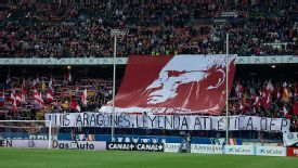 Atletico Madrid fans paid tribute to former player and coach Luis Aragones, who died on Saturday.