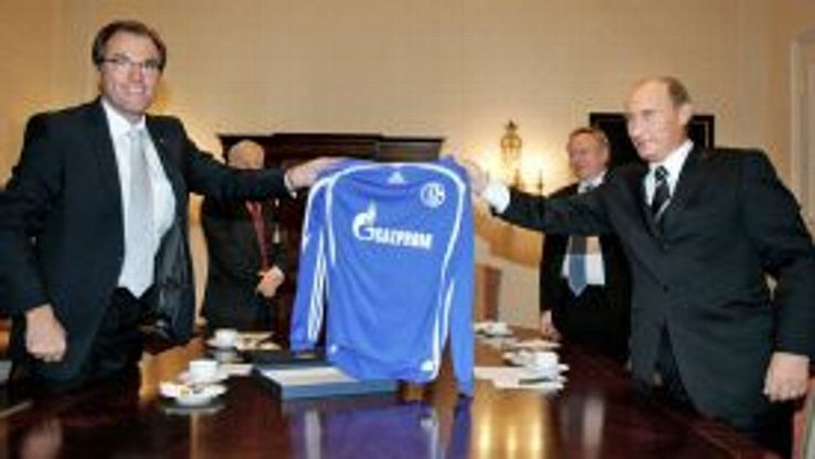 Clemens Toennies and Vladimir Putin hold up a Schalke shirt in Dresden in 2006.