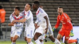 Lyon celebrate Corentin Tolissos' dramatic late winner at Bordeaux.
