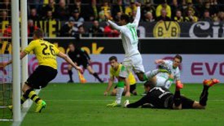 Moenchengladbach's Raffael celebrates after scoring
