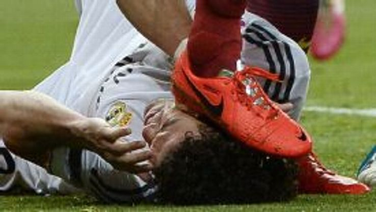 Sergio Busquets' makes contact with Pepe's head during the clasico.