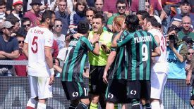 Sassuolo striker Nicola Sansone speaks to referee Nicola Rizzoli during his side's defeat to Roma.