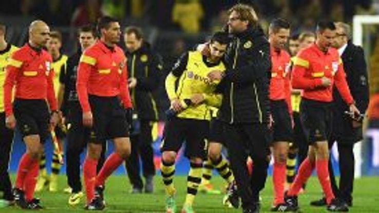Dortmund coach Juergen Klopp consoles Henrikh Mkhitaryan at full time.