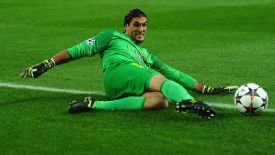 Jose Manuel Pinto action Barcelona