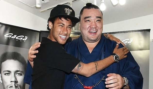 Neymar with sumo star Harumafuji Kohei