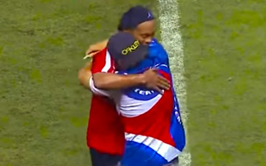 Ronaldinho makes pitch invader's day during friendly in Costa Rica