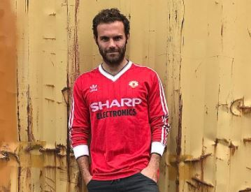 Juan Mata models retro 1982 83 Manchester United kit