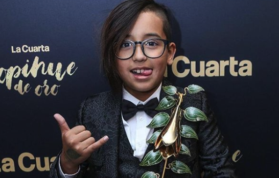 Arturo Vidal's son poses with his award.