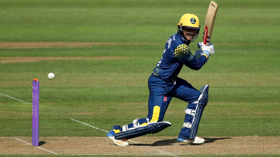 Kiran Carlson and Graham Wagg secured an impressive chase to keep Glamorgan's hopes of the quarter-finals alive