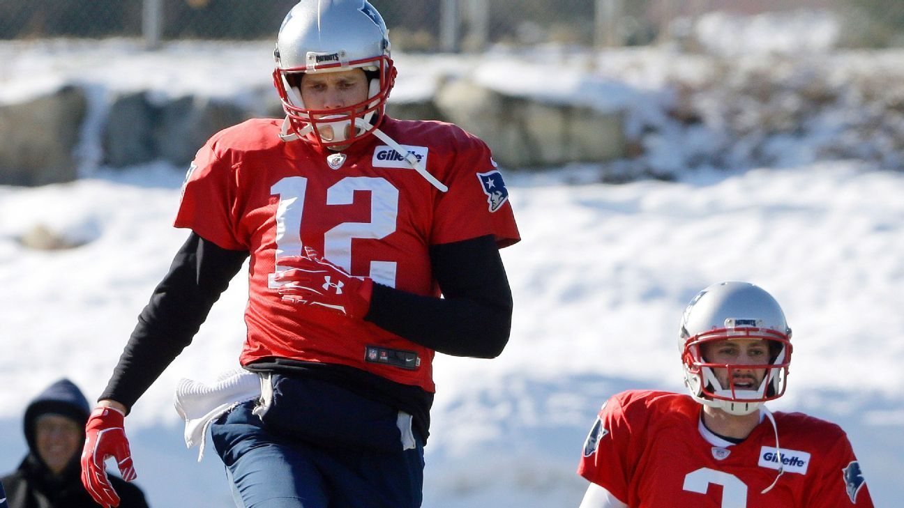What's going on with Tom Brady's throwing hand