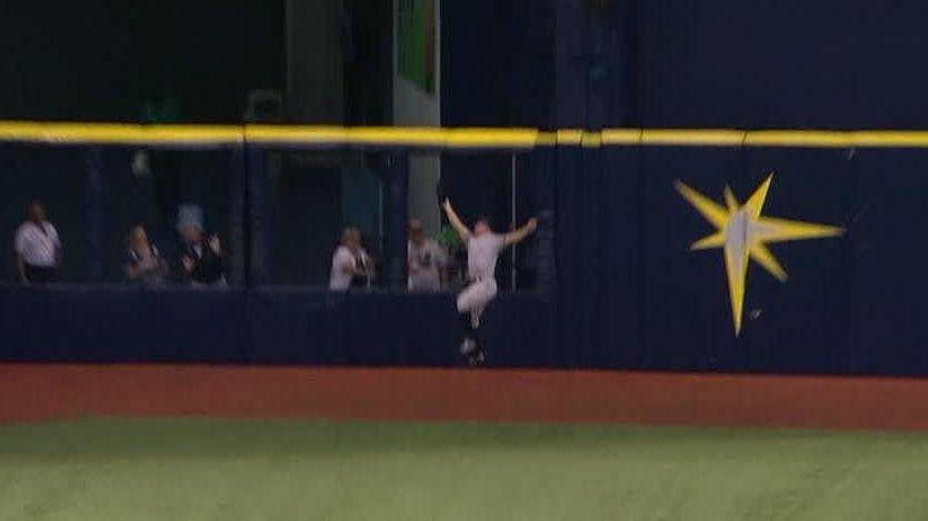 Gardner makes incredible catch at warning track