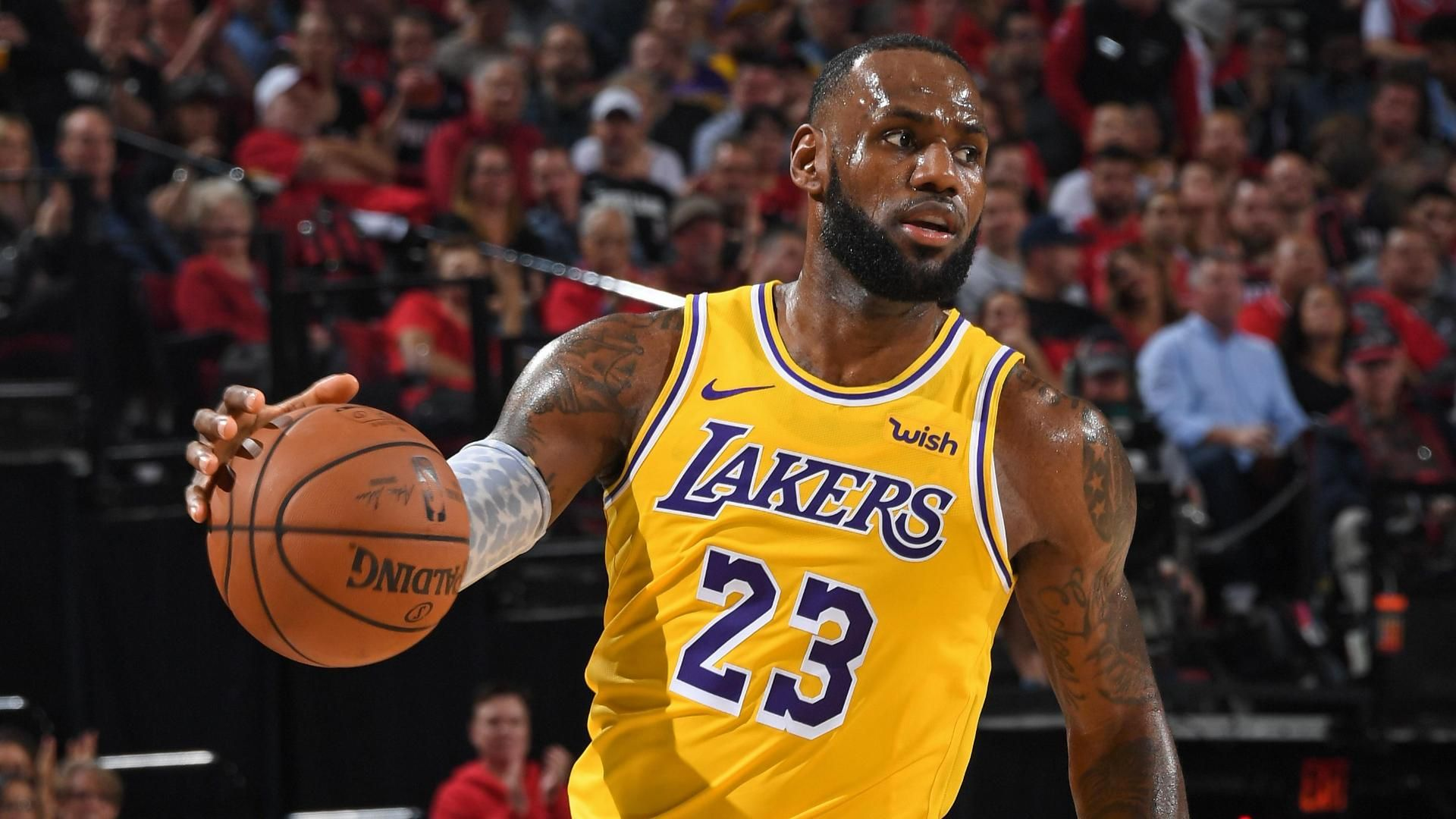 LeBron scores 26 in debut with Lakers