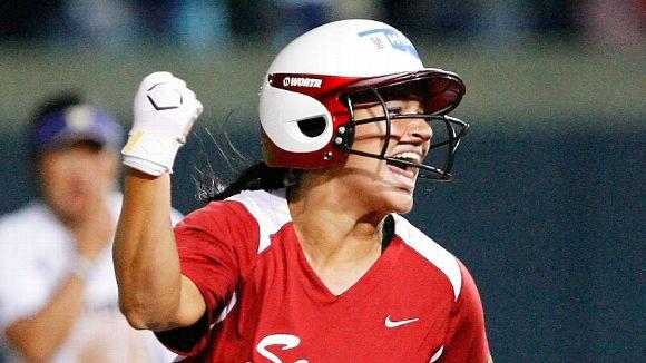 2017 NCAA softball -- Lauren Chamberlain keeps tabs on