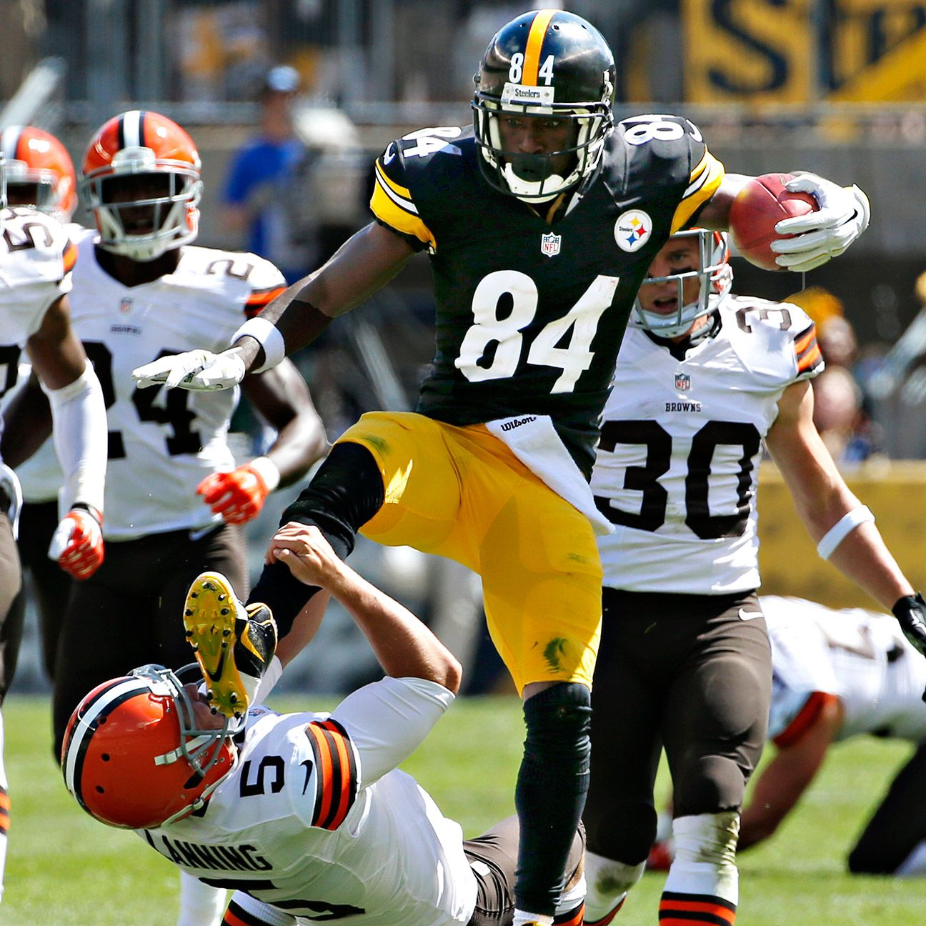 Nfl: Antonio Brown Of Pittsburgh Steelers Jump-kicks Cleveland
