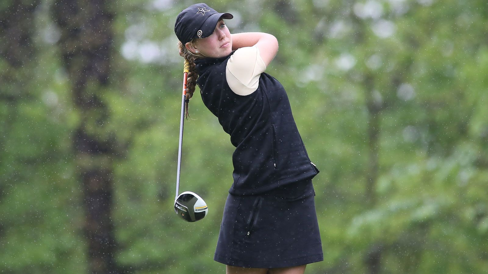 Women's golf teams tied after first round