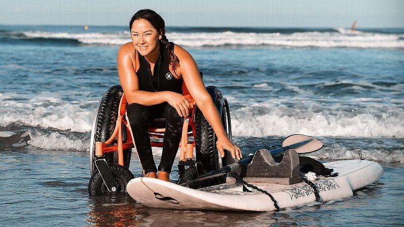Surfista adaptativa Alana Nichols prepara su tablero