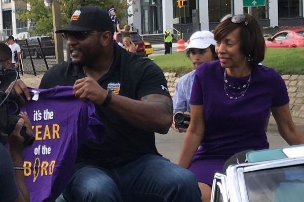 Baltimore hosts parade for Ray Lewis, gives him key to city