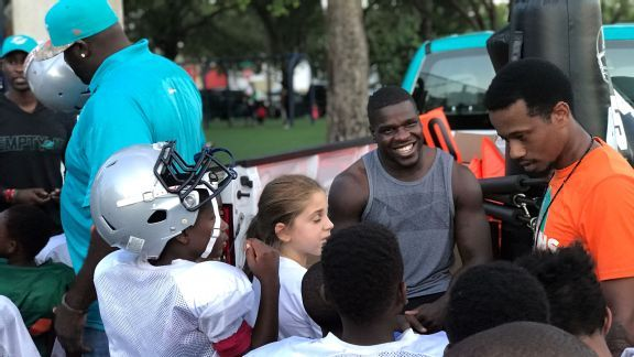 Frank Gore delivers hands-on 'hope' to his Coconut Grove community