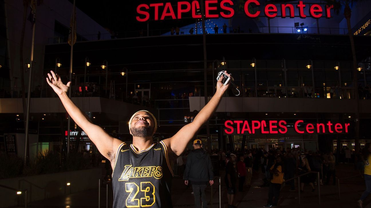 Photos: Lakers fans embrace LeBron in his L.A. debut