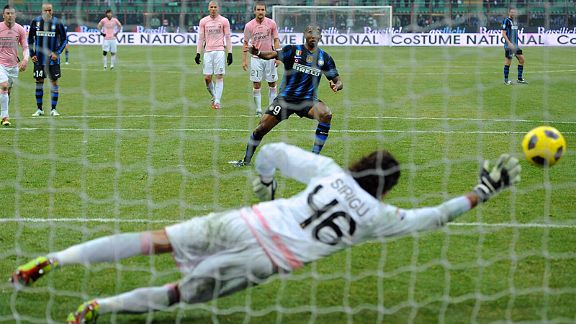 Samuel Etoo scores Inter's winner from the spot