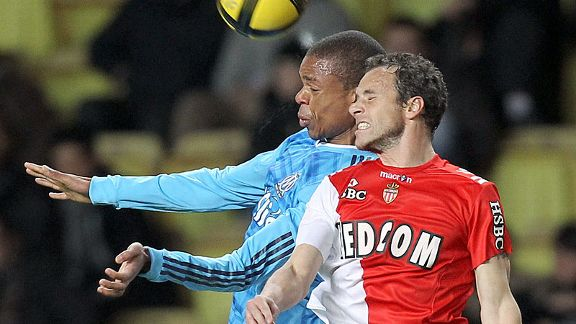 Loic Remy (l) battles with Monaco's defender Laurent Bonnart