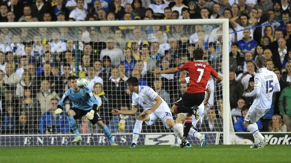 Michael Owen fires home his second goal to put Manchester United 2-0 ahead