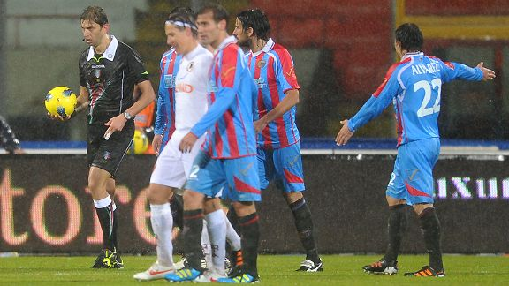 Referee Paolo Tagliavento calls off Catania's game against Roma at the Angelo Massimino stadium