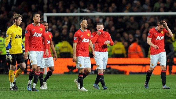 Manchester United players trudge off disconsolately after defeat