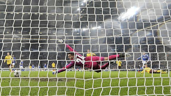 Vito Mannone can't save Klass-Jan Huntelaar shot to bring Schalke back into the game