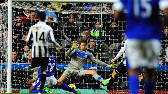 Victor Anichebe scores to put Everton 2-1 up against Newcastle