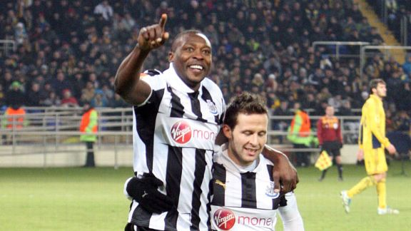 Shola Ameobi celebrates with Yohan Cabaye after scoring against Metalist Kharkiv in Ukraine