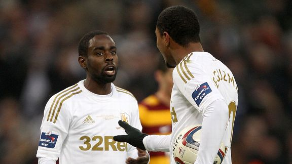 Jonathan De Guzman and Nathan Dyer argue over penalty