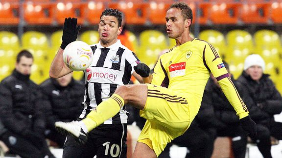 Hatem Ben Arfa battles with Ewerton